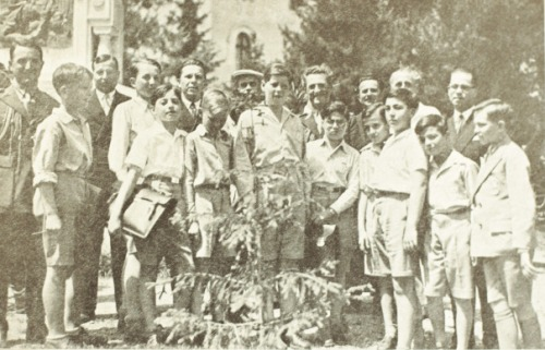 """""""Fig. 1. Măria Sa cu colegii de clasă, la Mânăstirea Dealului (iunie 1934)."""""""